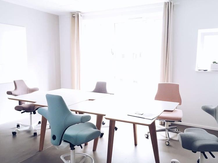 cowoki-coworking-meeting-room-hag-capisco-pastels-green-pink-1.jpeg